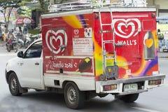墙壁的冰淇凌被冷藏的容器微型卡车  免版税库存图片