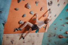 登山人在健身房的女孩训练 免版税库存图片