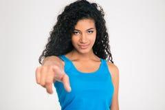 把手指指向的美国黑人的妇女照相机 免版税库存照片