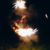 火展示在晚上 人在前面站立 免版税库存图片