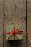 有红色丝带和葡萄酒样式空白标记的绿色礼物盒 库存图片