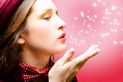 Κορίτσι στο δεσμό τόξων που στέλνει το φιλί αέρα στην περίληψη Στοκ Εικόνα