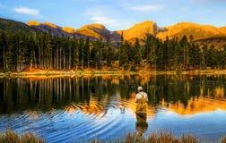 钓鱼在日出,在科罗拉多山 库存图片