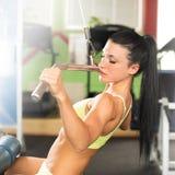 Όμορφη κατάλληλη γυναίκα που επιλύει στη γυμναστική - κορίτσι στην ικανότητα Στοκ Εικόνες