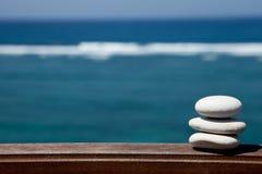 堆在海滩的小卵石石头 免版税库存图片