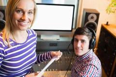 女性雇员画象有男性无线电主人的 库存照片