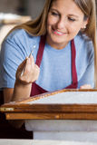 Работник извлекая большие волокна от бумаги с Стоковое Фото
