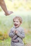 Κραυγάζοντας μικρό παιδί στάσεων Στοκ φωτογραφίες με δικαίωμα ελεύθερης χρήσης