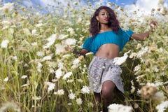 美丽的非裔美国人的女孩享受夏日 免版税库存照片