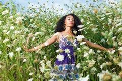 美丽的非裔美国人的女孩享受夏日 免版税库存图片