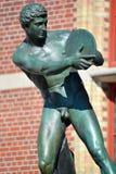 铁饼运动员的古铜色雕象 库存照片