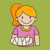 有一条断胳膊的小女孩 免版税库存照片