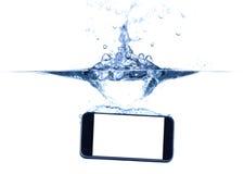 在水和飞溅的智能手机 库存图片
