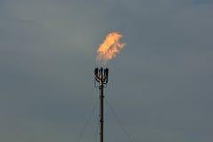 Природный газ дымовой трубы пирофакела рафинадного завода горящий Стоковое фото RF