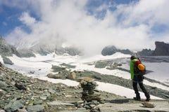 在他的途中的登山家攀登大格洛克纳山 免版税图库摄影