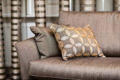 棕色枕头细节在棕色沙发的 免版税库存照片