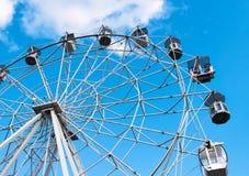 吸引力在蓝天背景的弗累斯大转轮 免版税库存照片