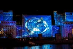 光国际节日圈子  激光在兵部的门面的频谱扫描指示展示在莫斯科,俄罗斯 免版税图库摄影