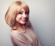 有短的金发的愉快的暴牙的微笑的少妇 被定调子的分类 库存图片