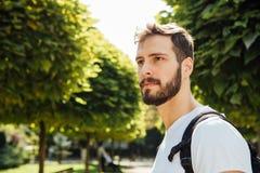 Студент с рюкзаком снаружи Стоковая Фотография