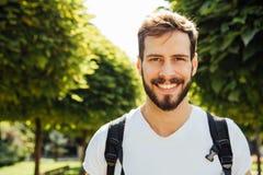 Σπουδαστής με το σακίδιο πλάτης έξω Στοκ φωτογραφία με δικαίωμα ελεύθερης χρήσης