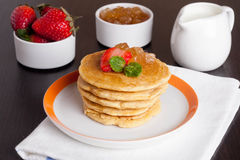 可口薄煎饼用在板材的新鲜的草莓 免版税库存照片