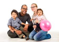 在白色隔绝的愉快的人种间家庭 免版税库存照片