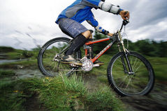 骑自行车的人山年轻人 免版税库存图片