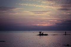 Ландшафт океана на заходе солнца Силуэты рыболовов Стоковая Фотография RF