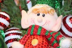 Кукла эльфа на украшенной рождественской елке Стоковая Фотография RF