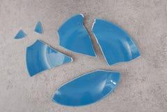 蓝色打破的板材 免版税库存照片