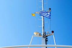 与希腊旗子的船的塔 图库摄影