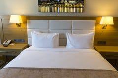 Όμορφο δωμάτιο ξενοδοχείου με την πλαισιωμένη φωτογραφία στον τοίχο Στοκ Εικόνες
