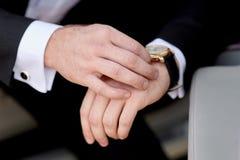 Бизнесмен смотря его пунктуальность вахты Стоковые Фотографии RF