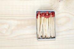 在火柴盒的火柴梗在木背景 免版税库存图片