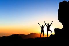 夫妇远足者在山的成功概念 免版税库存照片