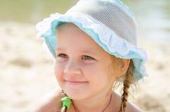 一个快乐的小女孩的画象海滩的在巴拿马 库存照片