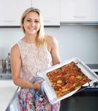 妇女烘烤薄饼在家 免版税库存照片