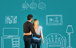 作梦他们新的家或装备在蓝色背景的愉快的夫妇 与他们的未来平的内部略图的家庭  库存图片