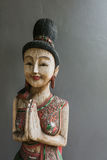 Ταϊλανδικό άγαλμα γυναικών ύφους ξύλινο Στοκ εικόνα με δικαίωμα ελεύθερης χρήσης