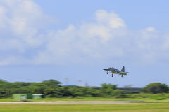 在飞行的军用飞机在速度 免版税库存图片