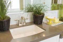 新的现代卫生间水槽、龙头、地铁瓦片和柜台 库存照片