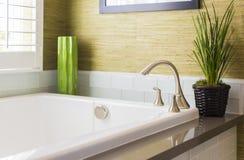 新的现代浴缸、龙头和地铁瓦片 免版税库存照片