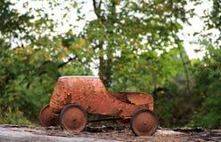 生锈的老儿童的玩具的怀乡图象 免版税库存照片