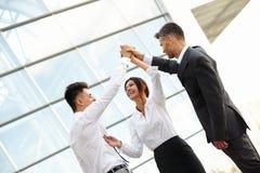 Бизнесмены празднуют успешный проект работа команды Стоковое Изображение RF