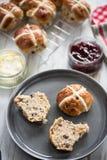 英国奶油色茶,新鲜的烤饼 免版税库存图片