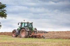 耕过冬的领域的农夫 库存图片