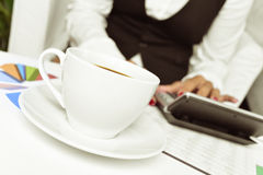 Коммерсантка используя электронный калькулятор в ее офисе Стоковая Фотография RF