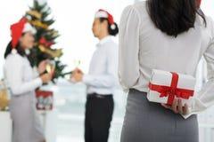 Κρύβοντας χριστουγεννιάτικο δώρο Στοκ Φωτογραφίες