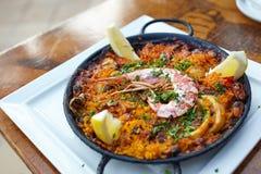 在炸锅的海鲜肉菜饭 图库摄影